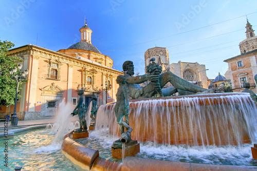 walencja-widok-na-fontanne-i-architekture-w-sloneczny-dzien