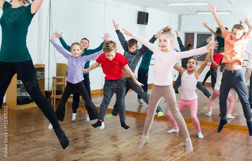 Küchenrückwand aus Glas mit Foto Tanzschule Ordinary boys and girls studying contemp dance