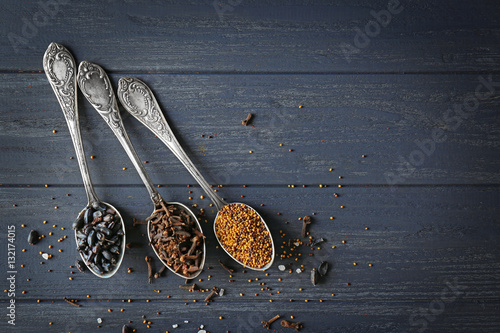 Foto auf AluDibond Gewürze 2 Assortment of spices in spoons on wooden background