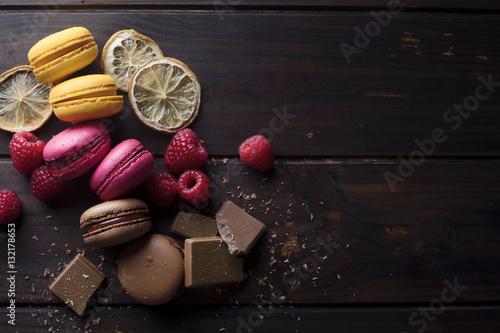 Foto op Plexiglas Macarons Macarons de colores y sus ingredientes