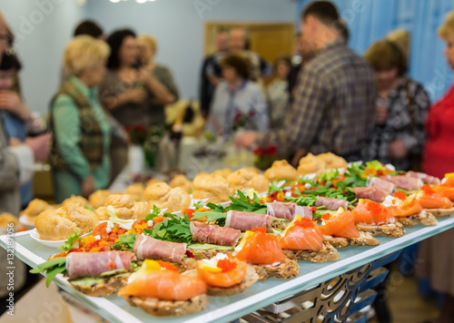 Foto auf Gartenposter Vorspeise The people at the Banquet. Delicacies and snacks on the festive table. Catering