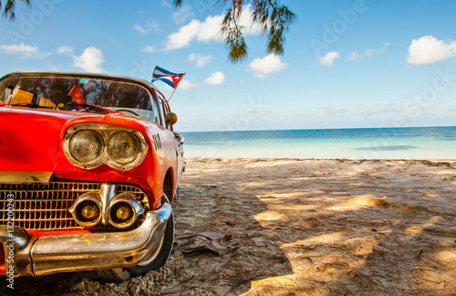 Montage in der Fensternische Havanna American classic car on the beach Cayo Jutias, Province Pinar del Rio, Cuba