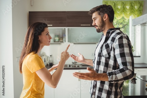 Photo Couple having argument in kitchen