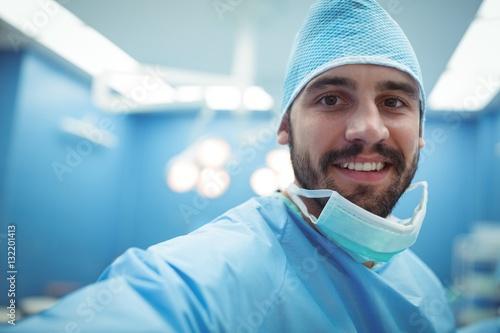 Fotografía  Portrait of male surgeon smiling in operation theater