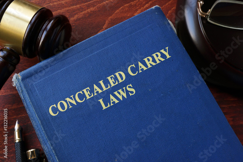 Fotografía  Concealed Carry Laws title on a book and gavel.