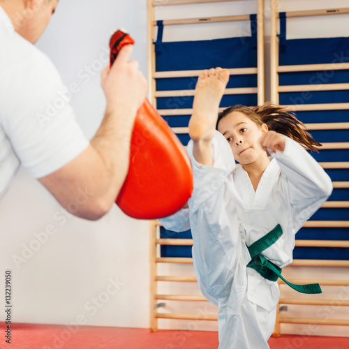 Tuinposter Vechtsport Girl training tae kwon do