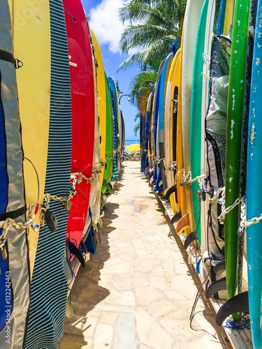 Pinturas sobre lienzo  surfboards stored on the beach in hawaii