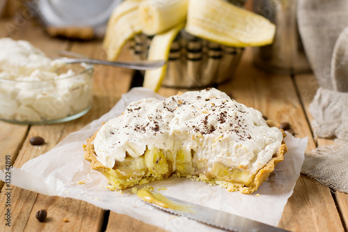 Valokuva  Banoffee pie with bananas, whipped cream and toffee