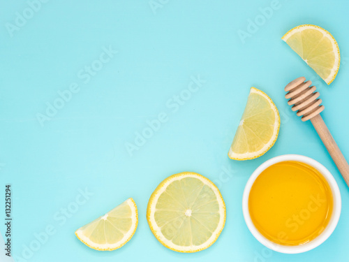 Photo  Lemon and honey on blue with copy space