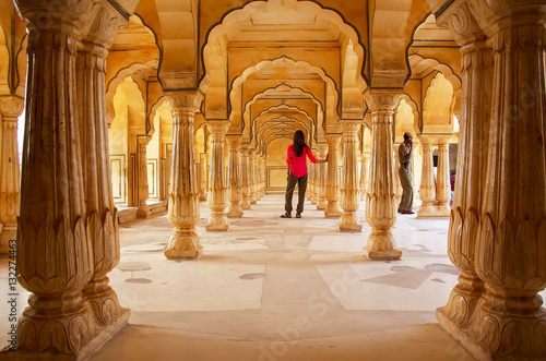 Foto  Young woman standing in Sattais Katcheri Hall, Amber Fort, Jaipur, India