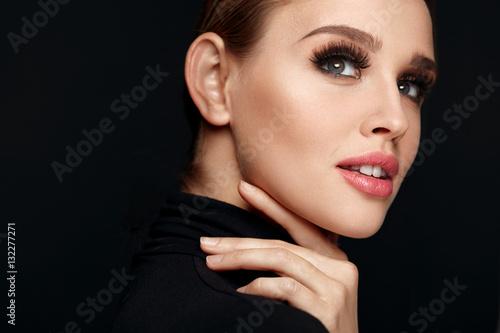 Plakat Piękna dziewczyna z piękna twarz, makijaż i długie czarne rzęsy