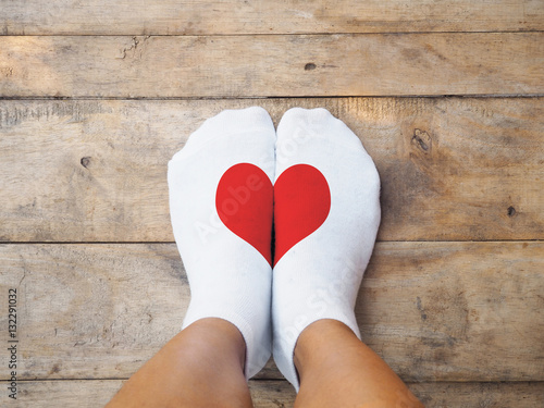 stopy w białych skarpetkach o czerwonym kształcie serca