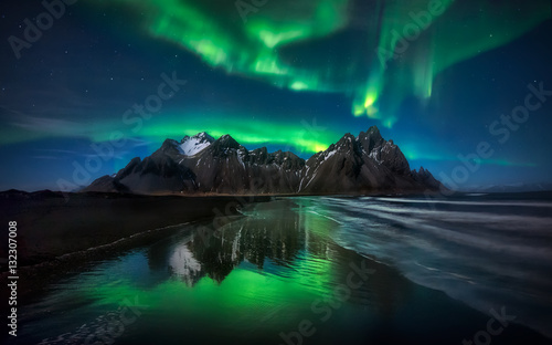 Fotobehang Noorderlicht Stokksnes Northern Lights Green Reflection - ICELAND