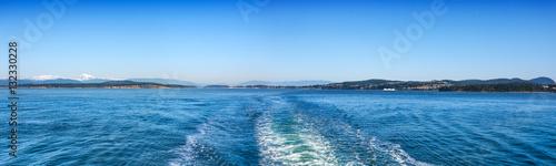 Fotografía  View of the San Juan Islands and Washington coast from the stern of a Washington