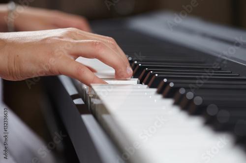 Plakat kobiece ręce gry na fortepianie