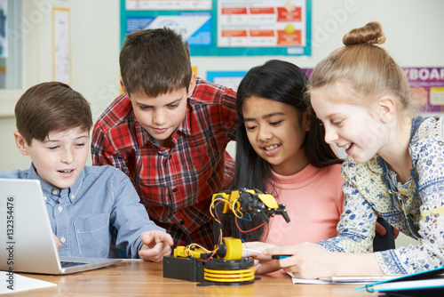 Foto  Pupils In Science Lesson Studying Robotics
