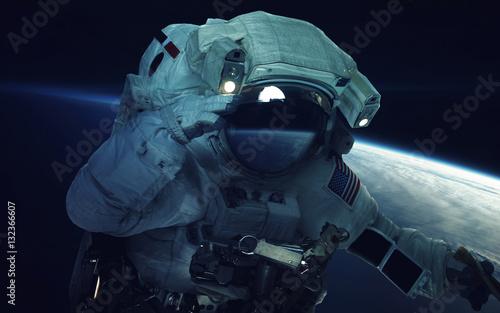 Astronauta na spacerze kosmicznym. Tapeta kosmiczna, science fiction. Piękno kosmosu. Miliardy galaktyk we wszechświecie. Elementy tego obrazu dostarczone przez NASA