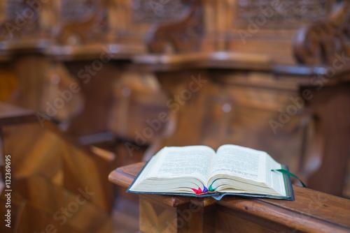 Fotografija Gesangbuch auf geschnitzter Kirchenbank