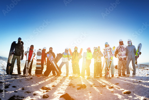 Tuinposter Wintersporten Group friends ski skiers snowboarders winter sports