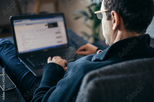 Photo  Middle aged businessman working from home comfortable in armchai