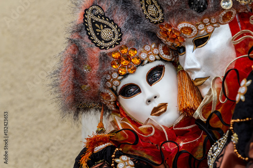 Couple masqué, élégance, raffinement et beauté, costume et masque vénitien durant le Carnaval de Venise en Italie
