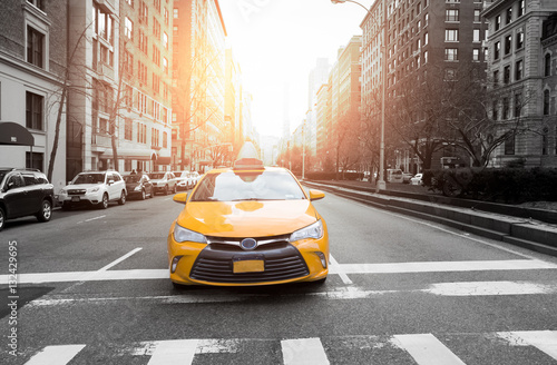 Foto op Plexiglas New York TAXI New York City taxi in yellow color in the traffic light