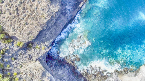 Poster Turquoise Overhead view of rocks along ocean