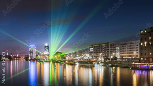nocny-widok-z-mostu-na-mapach-ziemia52-30-07-n-13-26-44-e-mapa-oberbaumbrucke-na-rzeke-i-panorame-berlina
