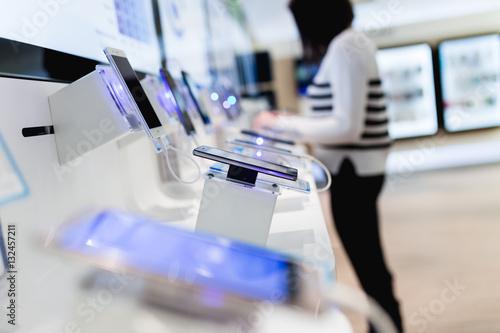 Zdjęcie XXL Zamyka w górę strzału piękny kobieta zakupy. Stała w sklepie z telefonami komórkowymi i wybierała dla niej następny model.