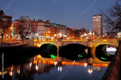 Zdjęcie XXL Nocny widok mostu O'Connella i północnych brzegów rzeki Liffey w Dublinie, został zbudowany w latach 1791-1794