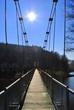 Most wiszący na tle słonecznego nieba