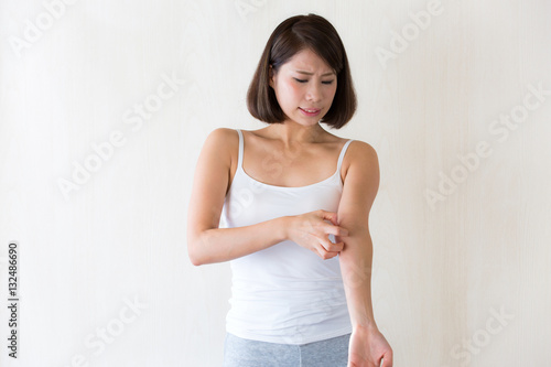 Fotografia  腕を掻く女性