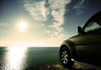 Fototapeta na wymiar SUV on the sea cliff