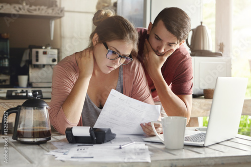 Fotomural  Young Caucasian family having debt problems, not able to pay out their loan