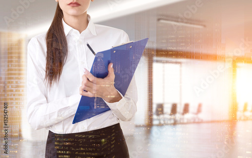 Fotografía  Close up of woman with clipboard