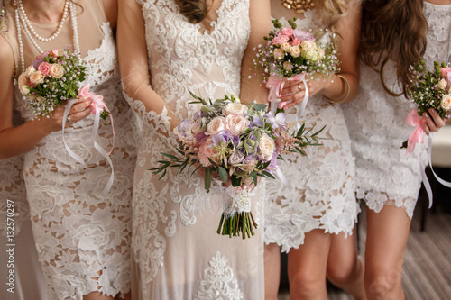Photo Wedding flowers, bride and bridesmaids holding their bouquets at wedding day