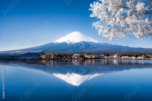 Wall Murals Photo of the day Mt. Fuji und See Kawaguchiko in Japan im Winter