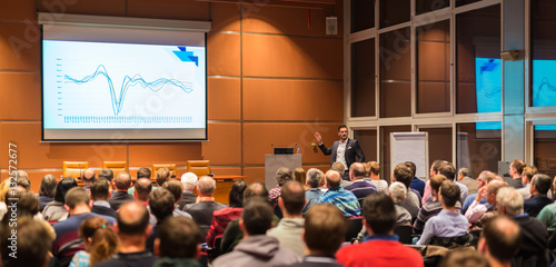 Fotomural  Speaker giving a talk in conference hall at business event