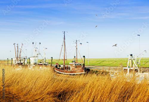 Foto op Aluminium Noordzee idyllischer Kutterhafen an der Nordseeküste