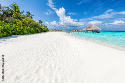 Montage in der Fensternische Strand Wide sandy beach on a tropical island in Maldives. Palms and wat