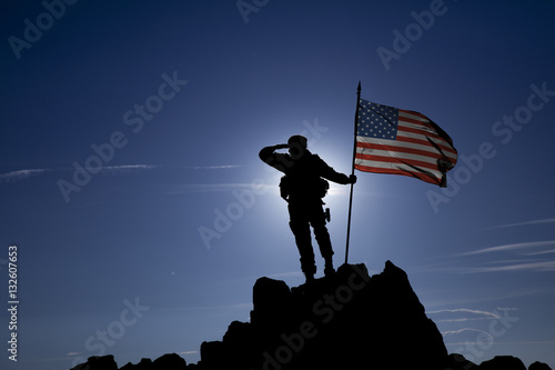 Photographie soldier on top of a mountain with a USA flag