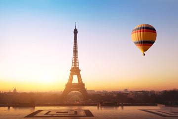 koncepcja podróży, piękny widok balonu na gorące powietrze latające w pobliżu Wieży Eiffla w Paryżu, Francja, turystyka w Europie