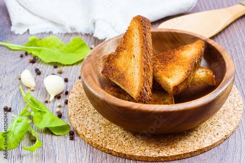 Fotografía  Гренки из ржаного хлеба в деревянной тарелке