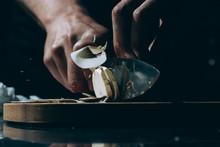 Mano De Cocinero Cortando A Láminas Un Champiñón