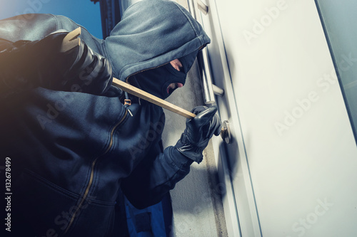 Fotomural  Einbrecher hebelt Wohnungstüre auf