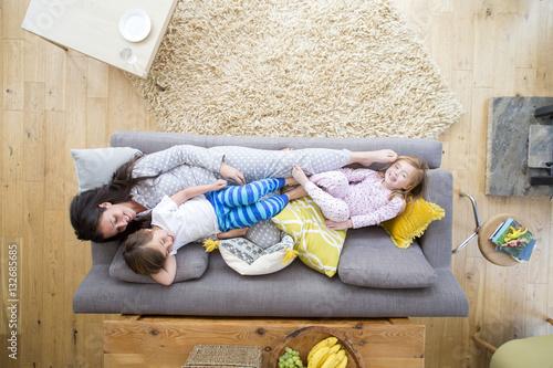 Fotografía  Sofa Cuddles with Mum