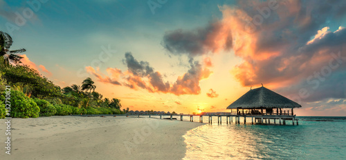 Poster Tropical plage Panorama of small island resort in Maldives, Indian Ocean
