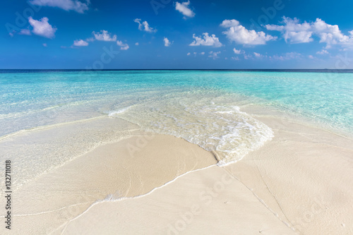 Foto auf Gartenposter Strand Tropical beach with white sand and clear turquoise ocean. Maldives