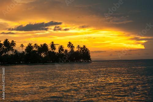soleil tombant sur les iles san blas #132736663