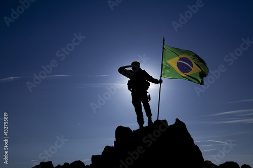 Soldier on top of the mountain with the Brazilian flag Fotobehang